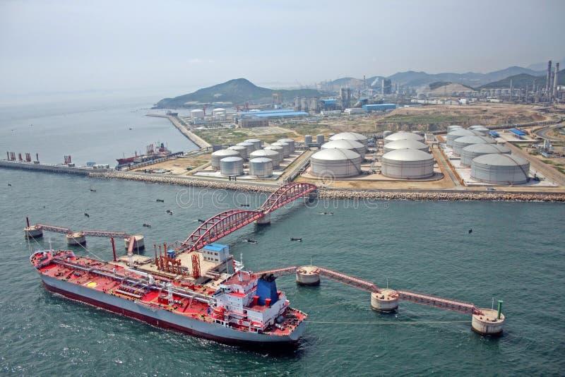 Grand réservoir d'huile dans le port d'essence photo libre de droits