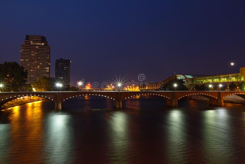 Grand Rapids bij Nacht royalty-vrije stock afbeeldingen