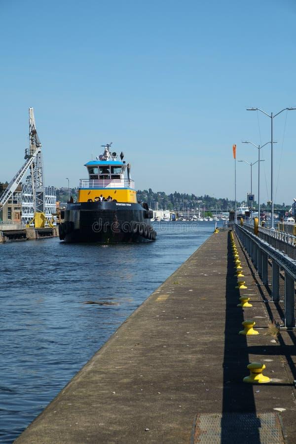 Grand remorqueur bleu et jaune chez Ballard Locks, Seattle images libres de droits