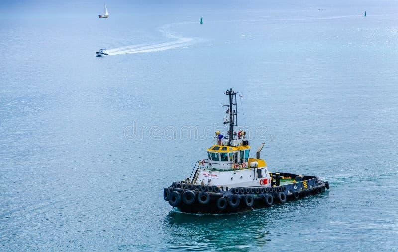 Grand remorqueur sur le Green Bay calme images libres de droits