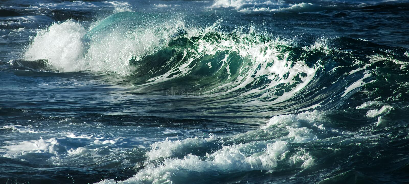 Grand ressac orageux Fond de l'eau bleue image stock