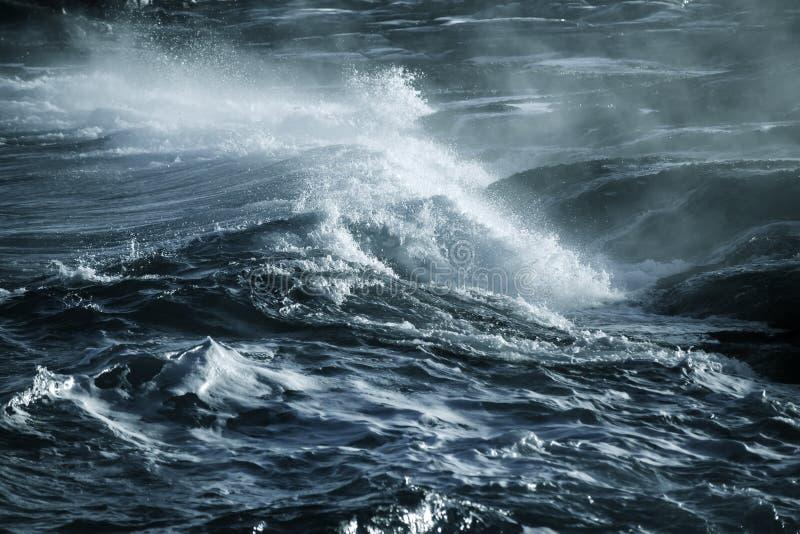 Grand ressac orageux Fond de l'eau bleue photos stock