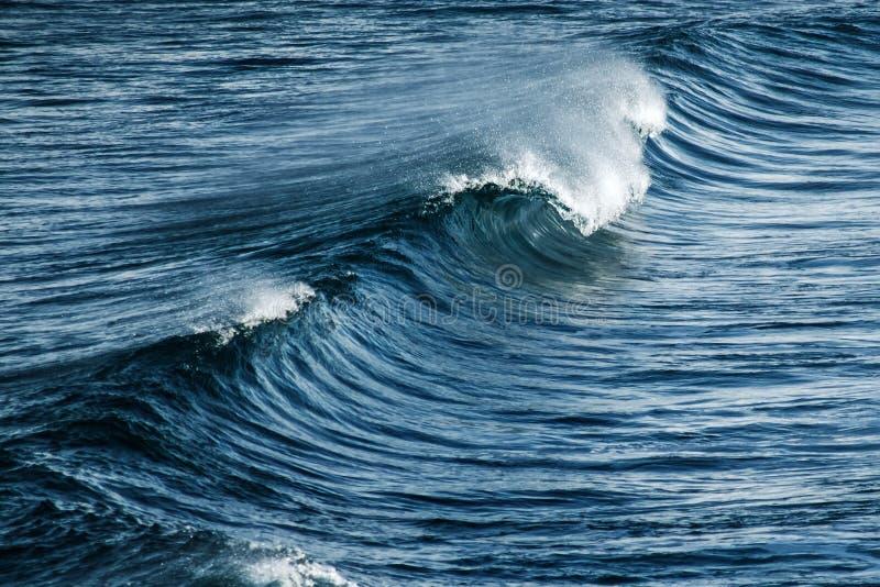 Grand ressac orageux Fond de l'eau bleue images stock