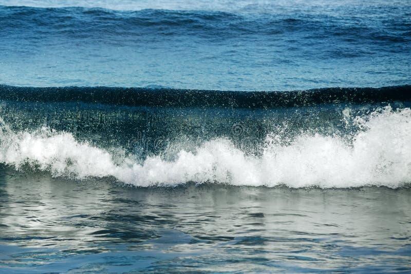 Grand ressac orageux Fond de l'eau bleue photographie stock