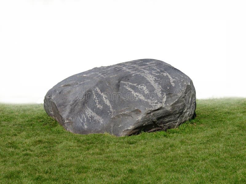 Grand rocher de roche sur l'herbe. photographie stock libre de droits