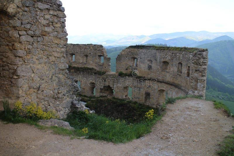 Grand rondeau dans le château de Lietava, secteur de Žilina photos stock