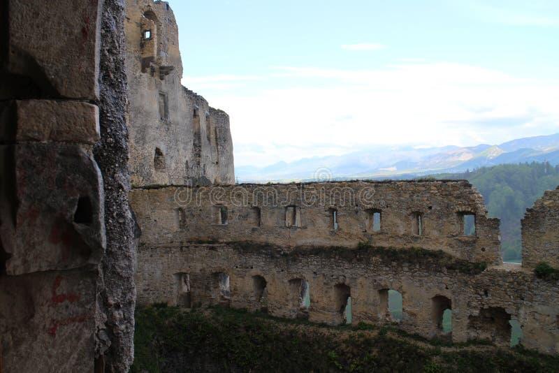 Grand rondeau dans le château de Lietava, secteur de Zilina photo libre de droits
