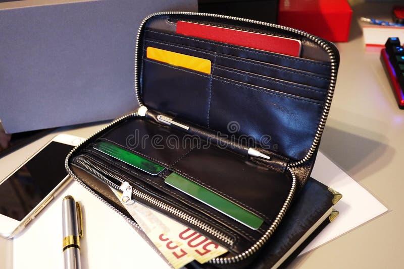 Grand sac fait de cuir v?ritable Pour des affaires, des vacances et tout autre stockage de vos documents ?l?gant, beau, cher photo stock