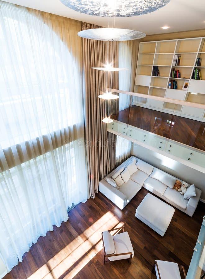 Grand salon moderne photo stock. Image du lumière, décor - 47745348