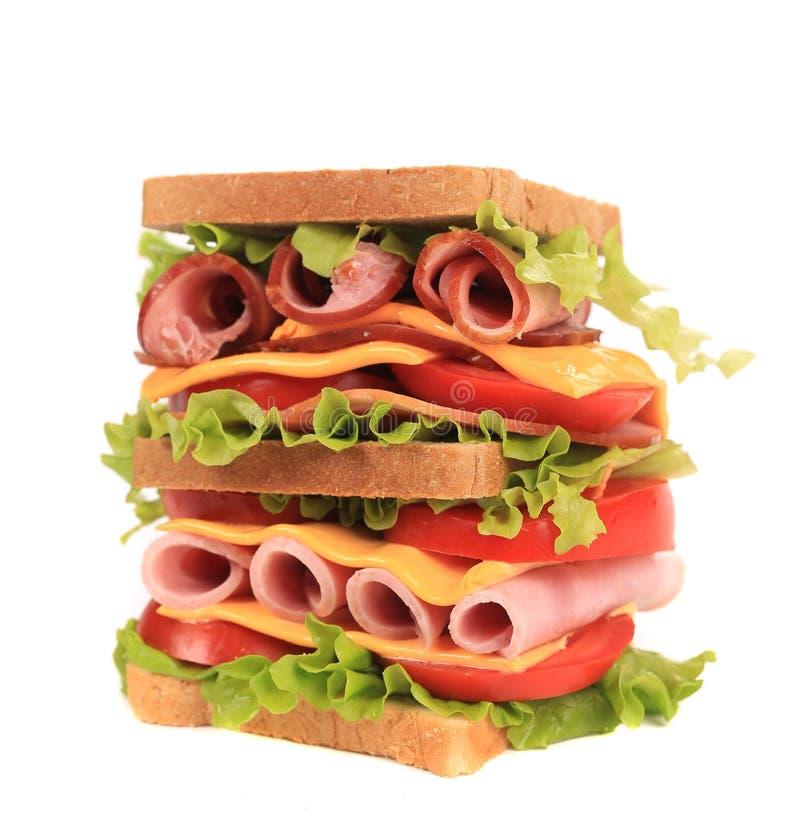 Grand sandwich avec les légumes frais. photos libres de droits