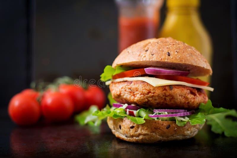 Grand sandwich - hamburger avec l'hamburger juteux de poulet photos stock
