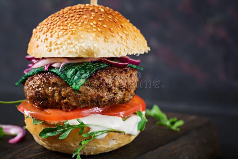 Grand sandwich - hamburger d'hamburger avec du boeuf, tomate, fromage de basilic images stock