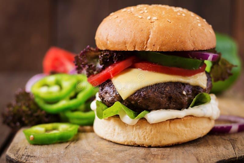 Grand sandwich - hamburger d'hamburger avec du boeuf, fromage, tomate image libre de droits