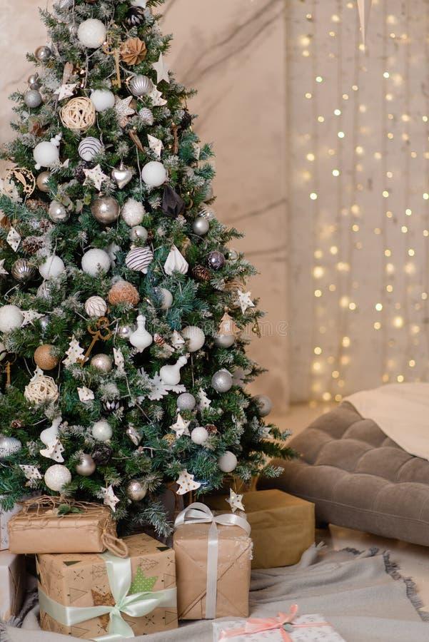 Grand sapin de Noël avec cadeaux dans une salle blanche photos libres de droits