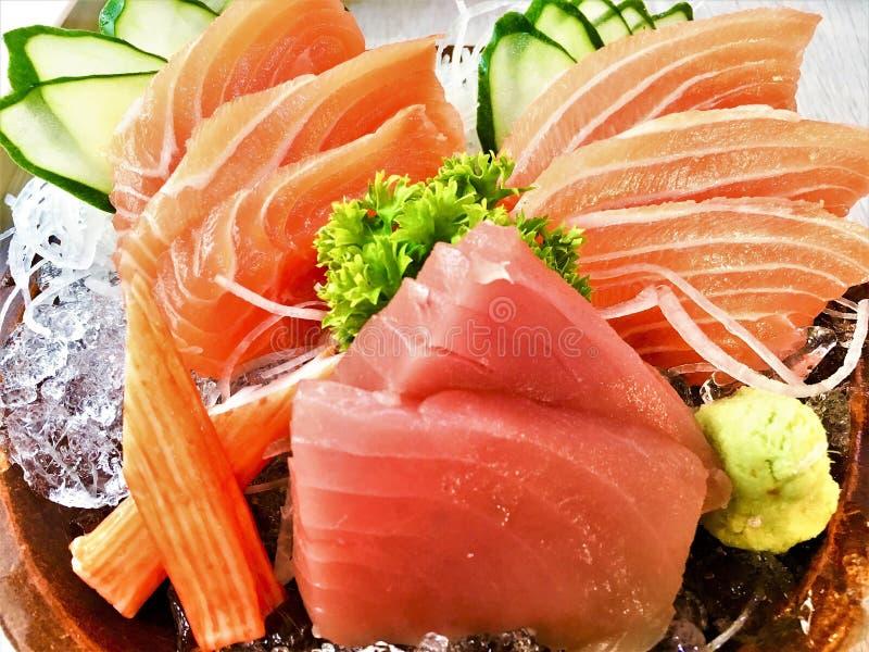 Grand sashimi figé de sushi sur la nourriture japonaise de plat photographie stock libre de droits