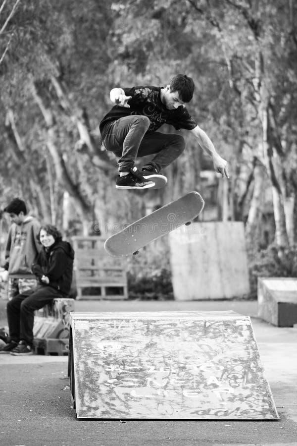 Grand saut avec le patin dans le skatepark images stock