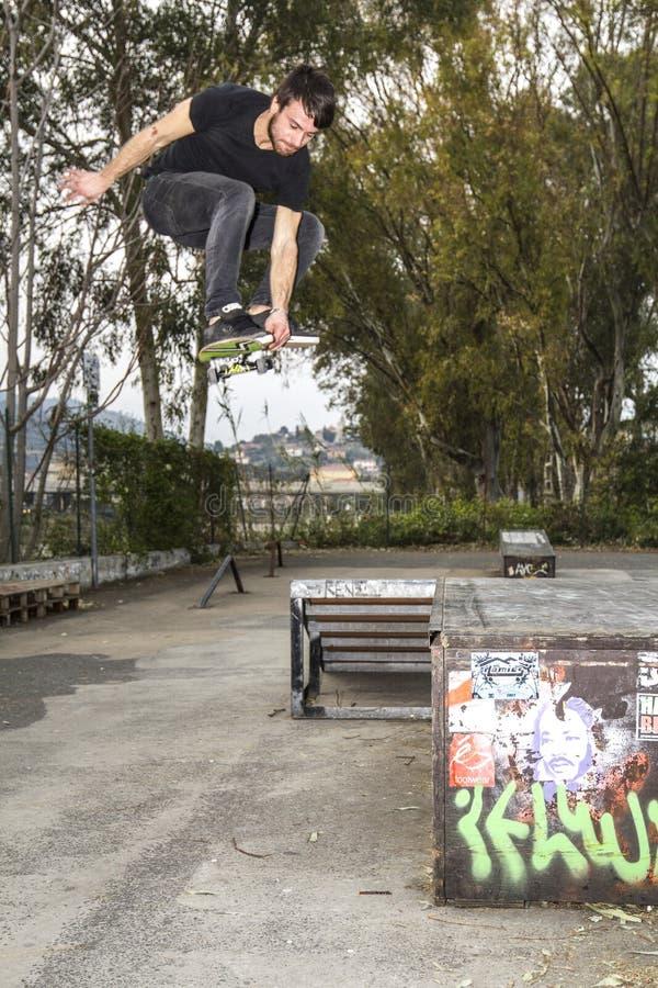 Grand saut avec le patin dans le skatepark image libre de droits