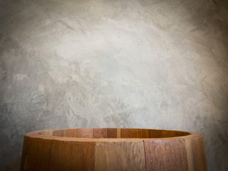 Grand seau en bois vide de cercle au-dessus du mur de vintage photographie stock libre de droits