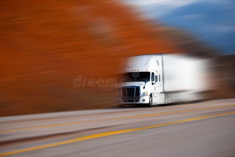 Grand semi camion blanc sur la route sur le fond brouillé de couleurs photos stock