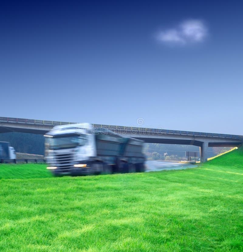 Grand semi transport de camion sur l'omnibus images stock