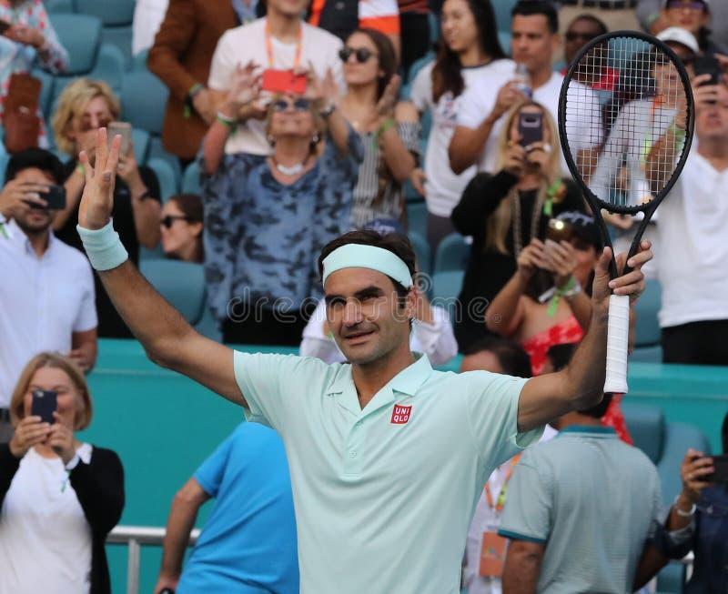 Grand Slam-de kampioen Roger Federer van Zwitserland viert overwinning na zijn ronde van gelijke 16 bij 2019 Open Miami stock foto