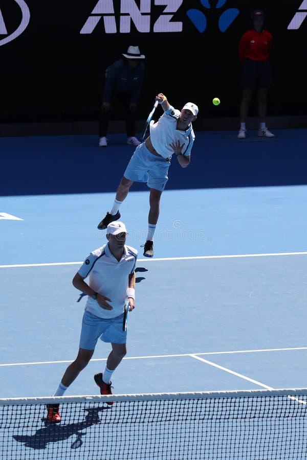 Grand Slam-de kampioenen Mike en Bob Bryan van Verenigde Staten in actie tijdens kwartfinale passen bij het Australian Open van 2 stock foto