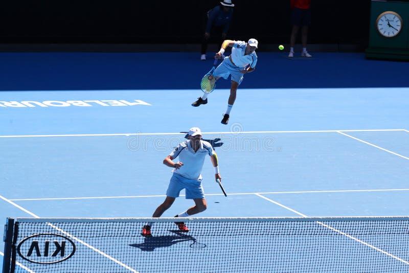 Grand Slam-de kampioenen Mike en Bob Bryan van Verenigde Staten in actie tijdens kwartfinale passen bij het Australian Open van 2 royalty-vrije stock foto's