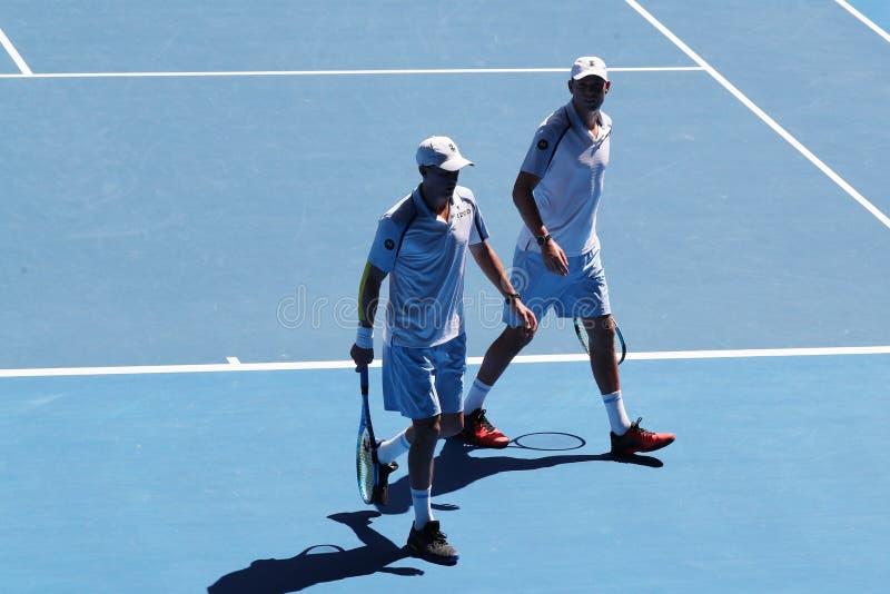 Grand Slam-de kampioenen Mike en Bob Bryan van Verenigde Staten in actie tijdens kwartfinale passen bij het Australian Open van 2 royalty-vrije stock foto