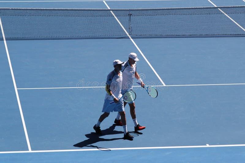 Grand Slam-de kampioenen Mike en Bob Bryan van Verenigde Staten in actie tijdens kwartfinale passen bij het Australian Open van 2 royalty-vrije stock afbeelding