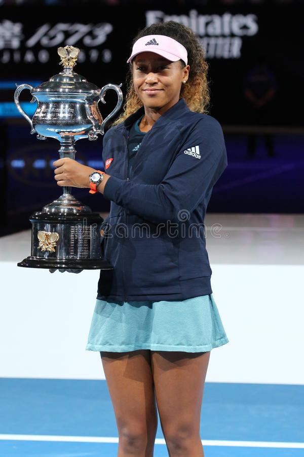 Grand Slam-Kampioen Naomi Osaka van het stellen van Japan met Australian Opentrofee na haar overwinning in definitieve gelijke bi royalty-vrije stock foto's