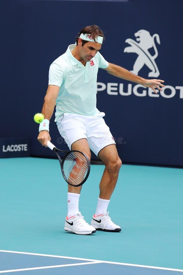 Grand Slam mästare Roger Federer av Schweiz i handling under hans runda av match 16 på öppna Miami 2019 arkivbild