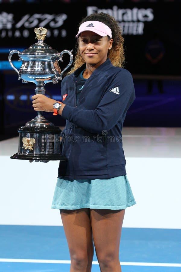 Grand Slam-Meister Naomi Osaka von Japan aufwerfend mit Australian Open-Trophäe nach ihrem Sieg im Endspiel bei 2019 australische lizenzfreie stockfotos
