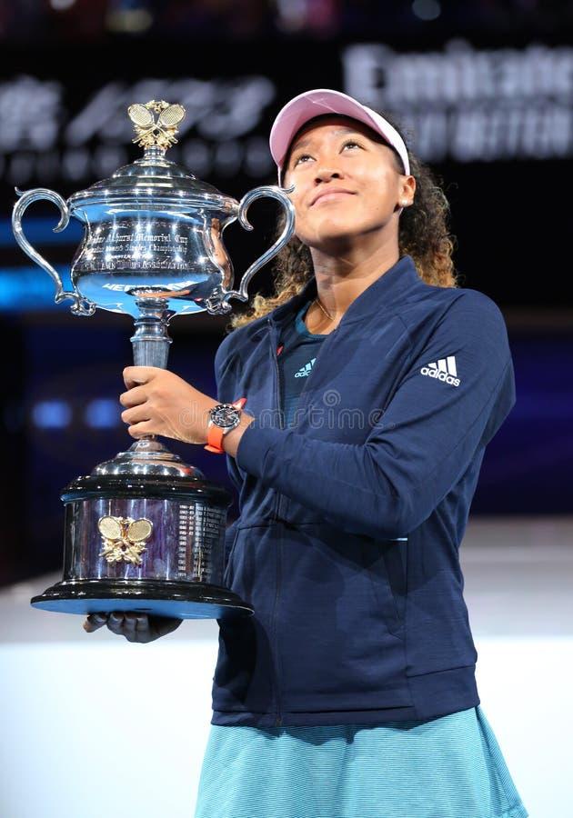 Grand Slam-Meister Naomi Osaka von Japan aufwerfend mit Australian Open-Trophäe nach ihrem Sieg im Endspiel bei 2019 australische stockbild