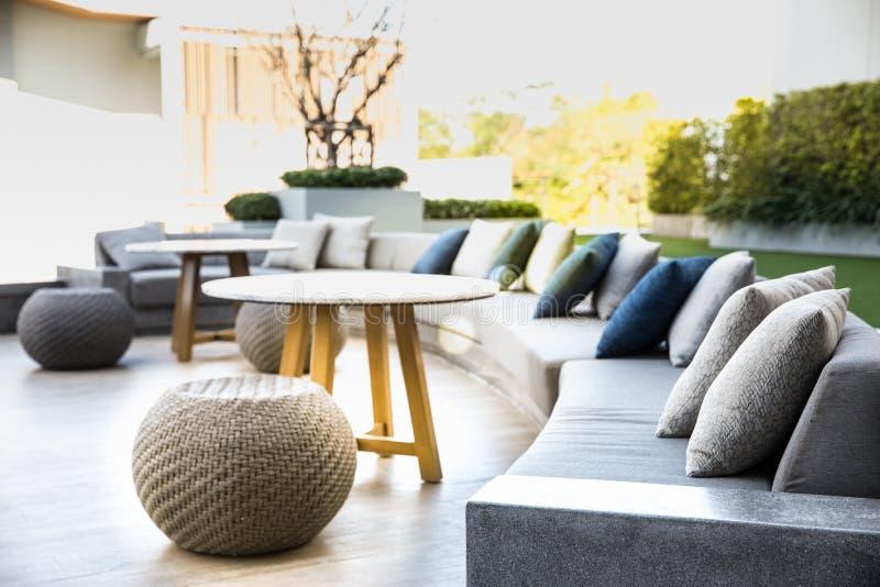 Grand sofa de coussin de confort avec les oreillers confortables photographie stock libre de droits