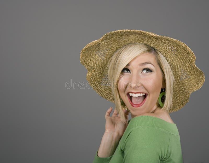 Grand sourire de chapeau de paille blond image libre de droits