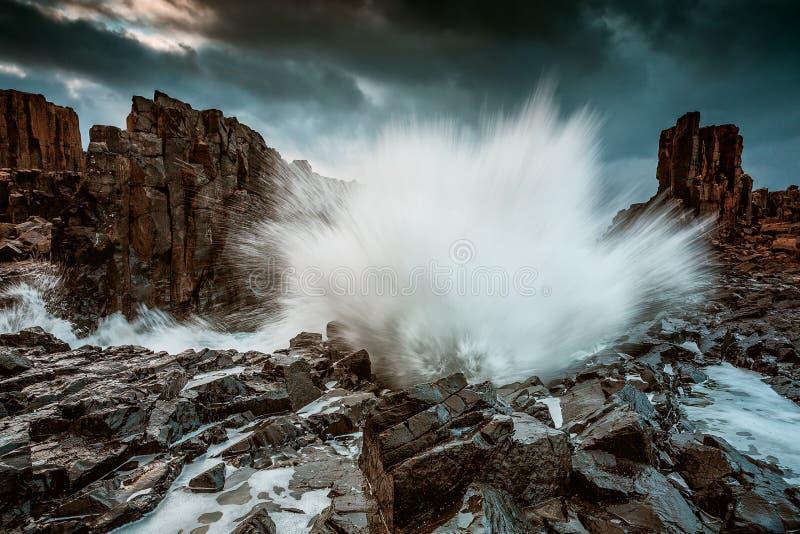 Grand spash de vague massive aux colonnes de basalte de Bombo image stock