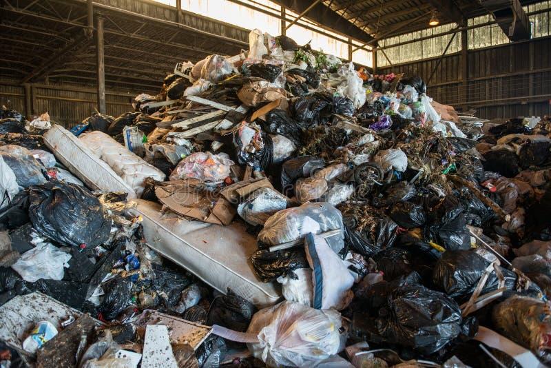 Grand tas des déchets à l'intérieur d'une usine de rebut photos libres de droits