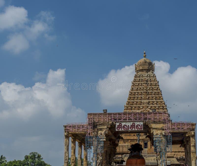 Grand temple de Thanjavur sur le fond de ciel bleu photographie stock libre de droits