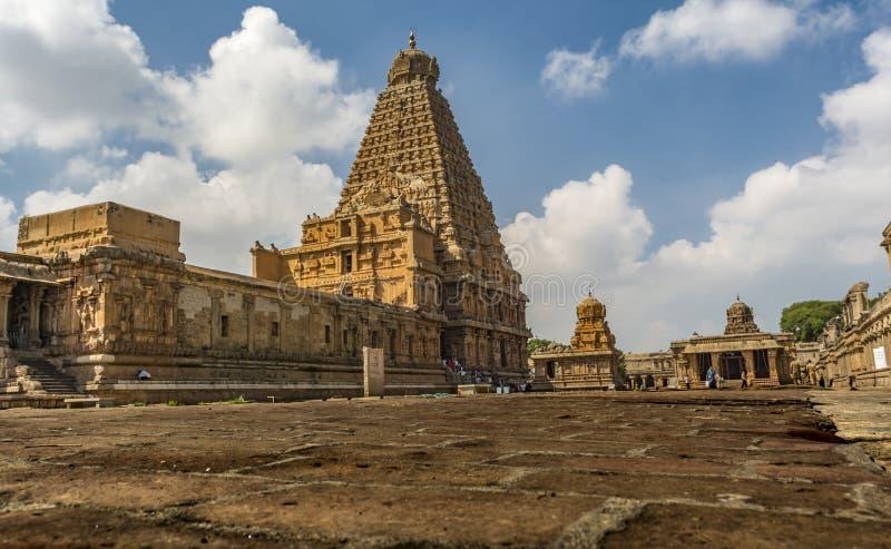 Grand temple de Thanjavur sur le fond de ciel bleu images libres de droits