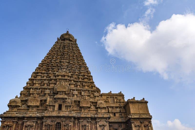 Grand temple Vimana - le fond de Thanjavur vers le haut de la vue images libres de droits