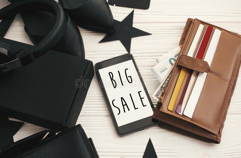 Grand texte de vente de Black Friday sur l'écran de téléphone Chr de remise spéciale image stock