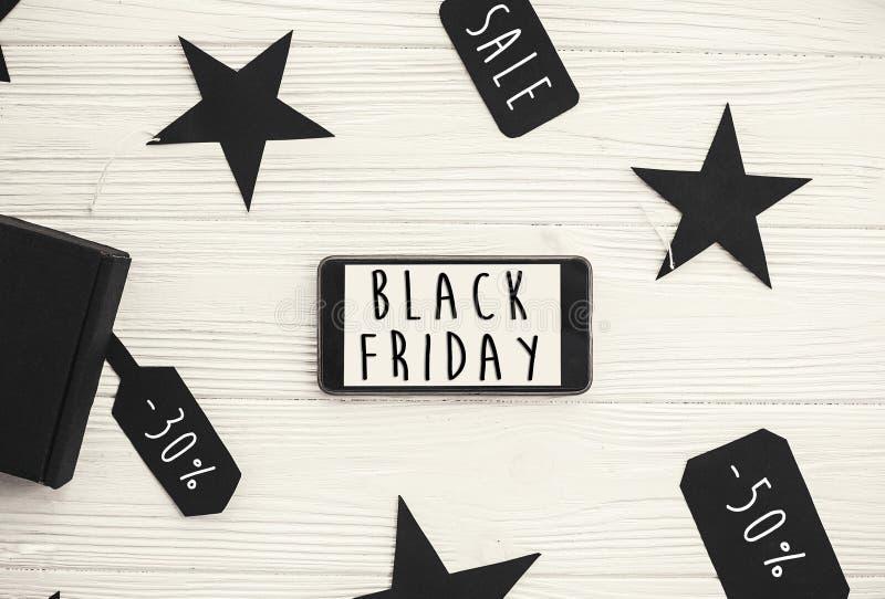 Grand texte de vente de Black Friday sur l'écran de téléphone Chr de remise spéciale photos stock