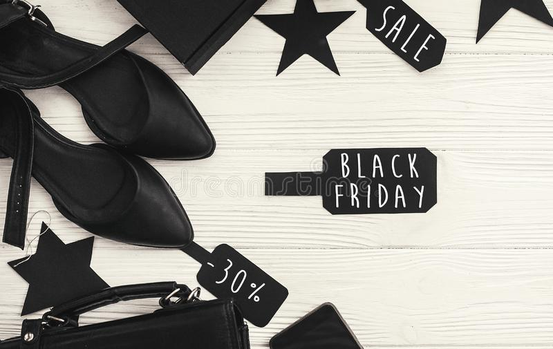 Grand texte de vente de Black Friday sur le signe de prix à payer, appartement minimalistic photo stock