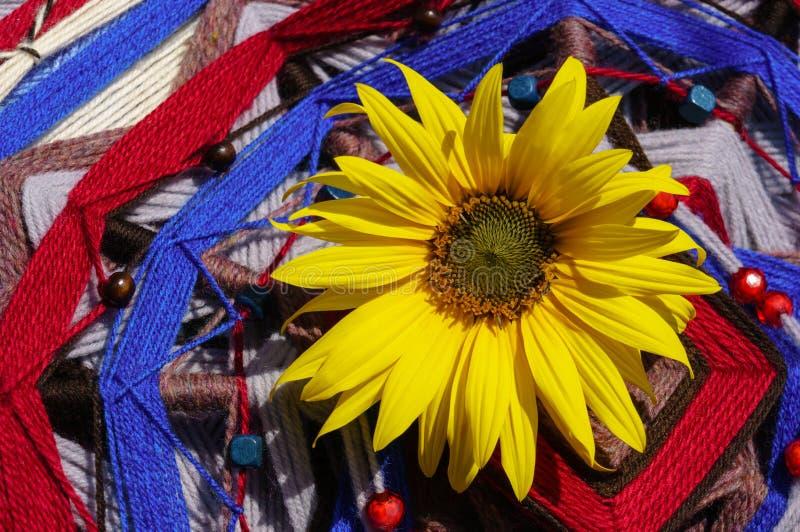 Grand tournesol sur le mandala photo libre de droits