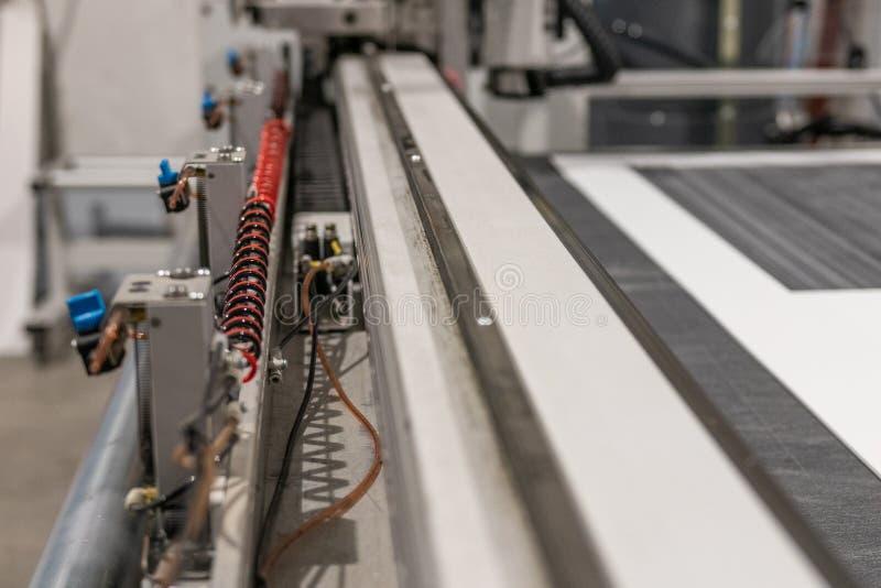 Grand traceur de commande numérique par ordinateur de professionnel, traitant un ensemble de large échelle de panneaux de mousse  photographie stock libre de droits