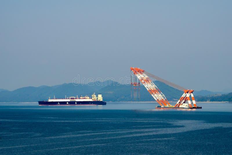 Grand transporteur de GNL de gaz naturel liquéfié et ancre de flottement très grande de grue dans le habour images libres de droits