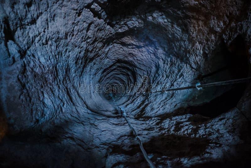 Grand trou à la ville de caverne d'undeground dans Cappadocia, Turquie photo stock