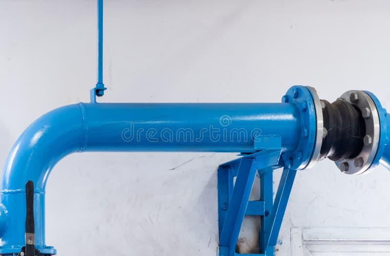 Grand tuyau en métal pour envoyer l'eau image stock
