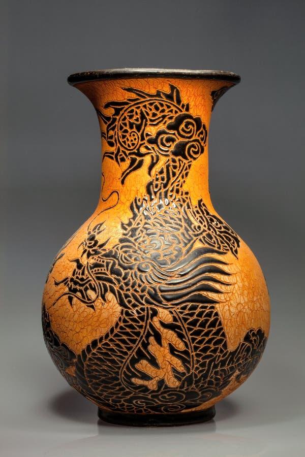 Grand vase en céramique avec le motif de dragon, Vietnam photo libre de droits