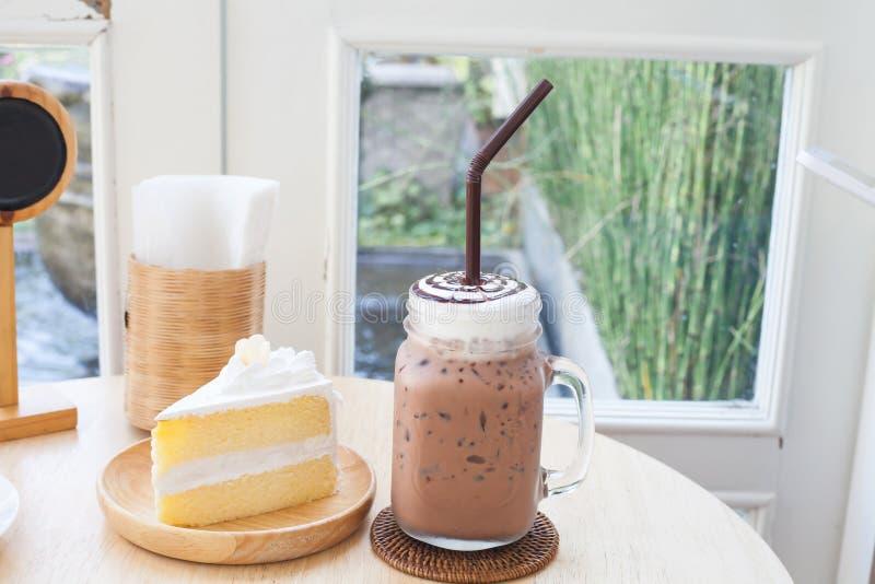 Grand verre glacé de cacao sur en bois photo libre de droits